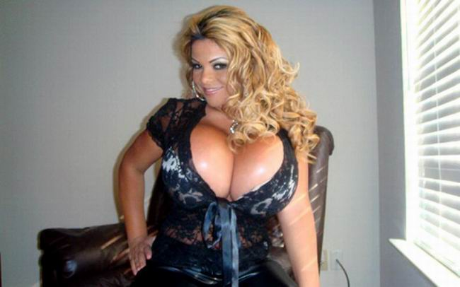 Sheyla-hershey-worlds-largest-breast-woman-with-a-size-of-38kkk